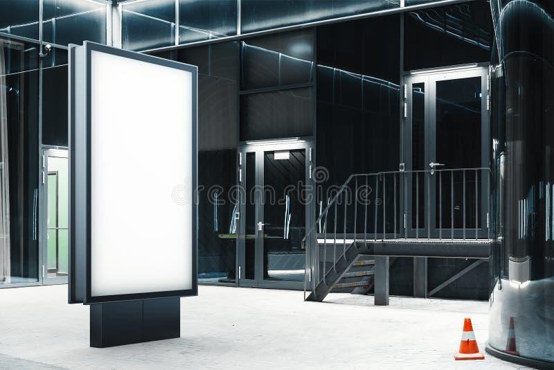 Κενή στάση εμβλημάτων δίπλα στο σύγχρονο κτήριο γυαλιού, τρισδιάστατη απόδοση στοκ εικόνα με δικαίωμα ελεύθερης χρήσης