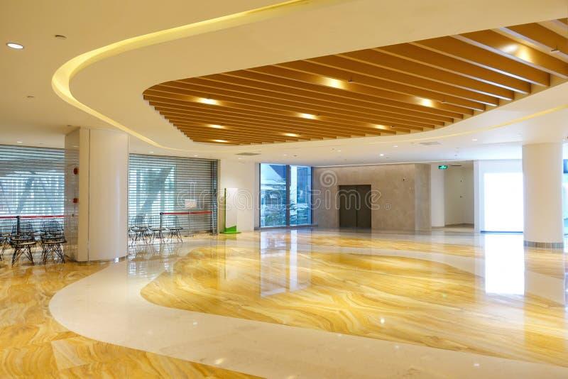Κενή σύγχρονη εμπορική αίθουσα ξενοδοχείων διαδρόμων γραφείων λόμπι οικοδόμησης στοκ εικόνα