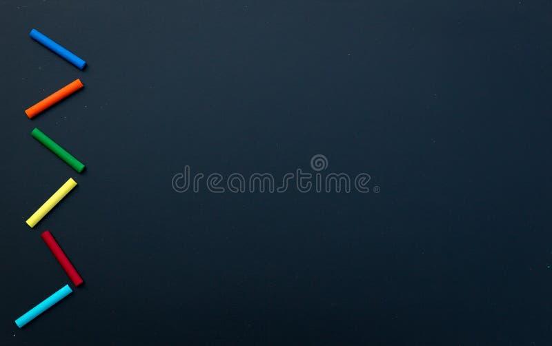 Κενή σύσταση πινάκων κιμωλίας με τις ζωηρόχρωμες κιμωλίες, Εικόνα για την ανασκόπηση στοκ εικόνα