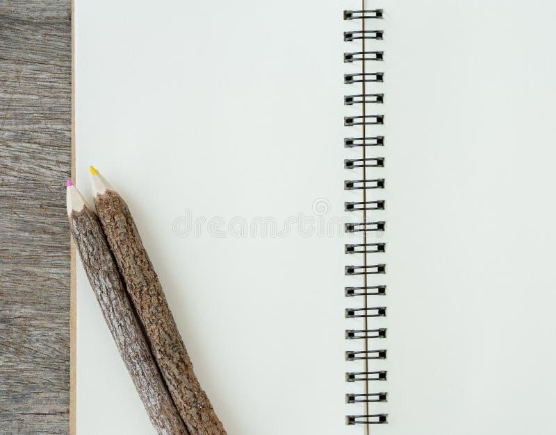 Κενή τοπ άποψη του σημειωματάριου στο ξύλινο υπόβαθρο με τη χρωματισμένη μάνδρα στοκ εικόνα