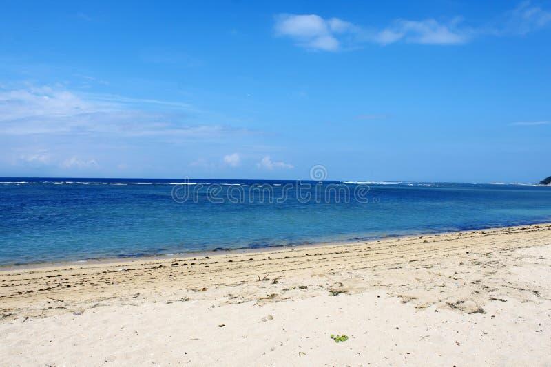 Κενή τροπική παραλία σε Sanur στοκ εικόνα