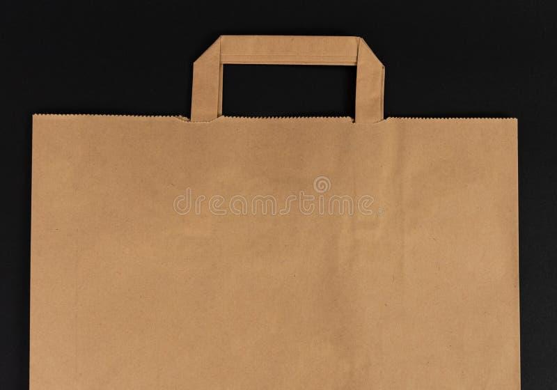 Κενή τσάντα παντοπωλείων αγορών καφετιού εγγράφου με τις λαβές στοκ φωτογραφίες