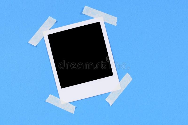 Κενή τυπωμένη ύλη φωτογραφιών με το μπλε υπόβαθρο στοκ εικόνες με δικαίωμα ελεύθερης χρήσης