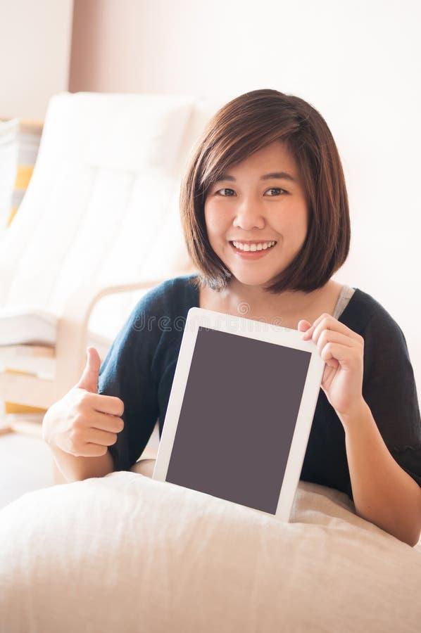 Κενή ψηφιακή ταμπλέτα εκμετάλλευσης γυναικών με τον αντίχειρα επάνω στοκ εικόνα με δικαίωμα ελεύθερης χρήσης
