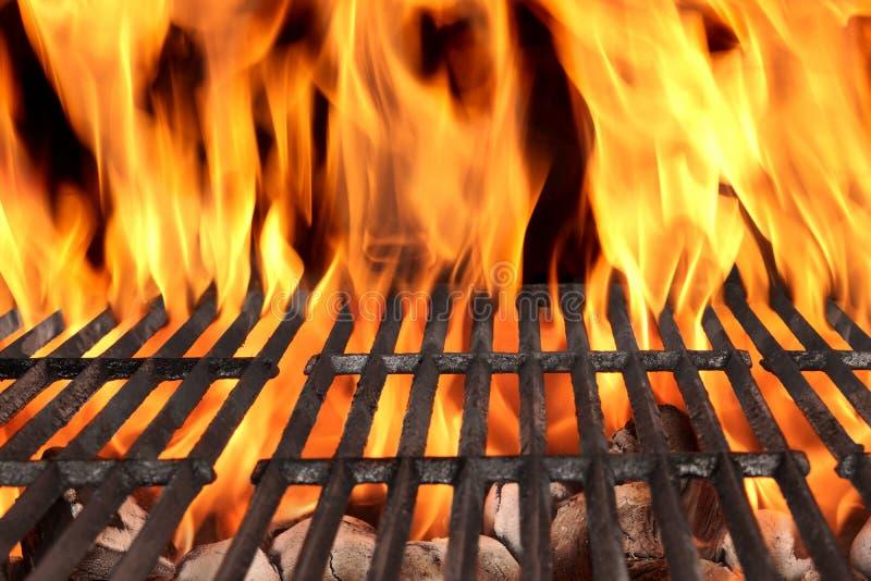 Κενή BBQ σχάρα πυρκαγιάς και καίγοντας ξυλάνθρακας με τις φωτεινές φλόγες στοκ εικόνες