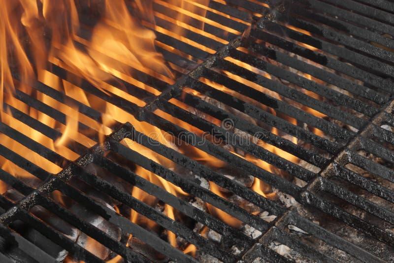 Κενή BBQ σχάρα πυρκαγιάς και καίγοντας ξυλάνθρακας με τις φωτεινές φλόγες στοκ φωτογραφία με δικαίωμα ελεύθερης χρήσης