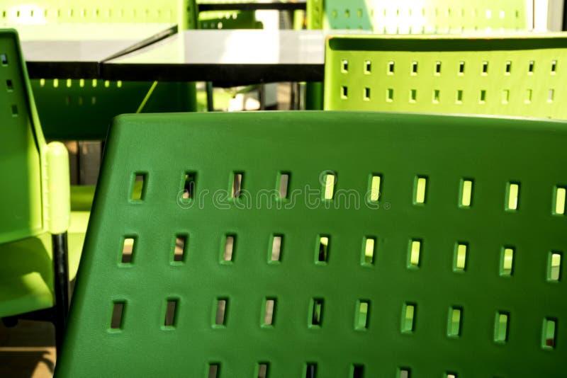 Κενοί πίνακες και καρέκλες που κανένας δεν κάθεται στην καφετέρια στοκ φωτογραφίες