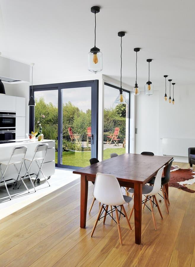 Κενοί πίνακας και καρέκλες στο καθιστικό πολυτέλειας στοκ φωτογραφία με δικαίωμα ελεύθερης χρήσης