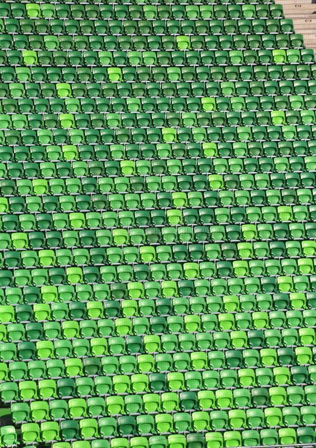 Κενοί πράσινοι λευκαντές στο γήπεδο ποδοσφαίρου ως υπόβαθρο στοκ φωτογραφία με δικαίωμα ελεύθερης χρήσης