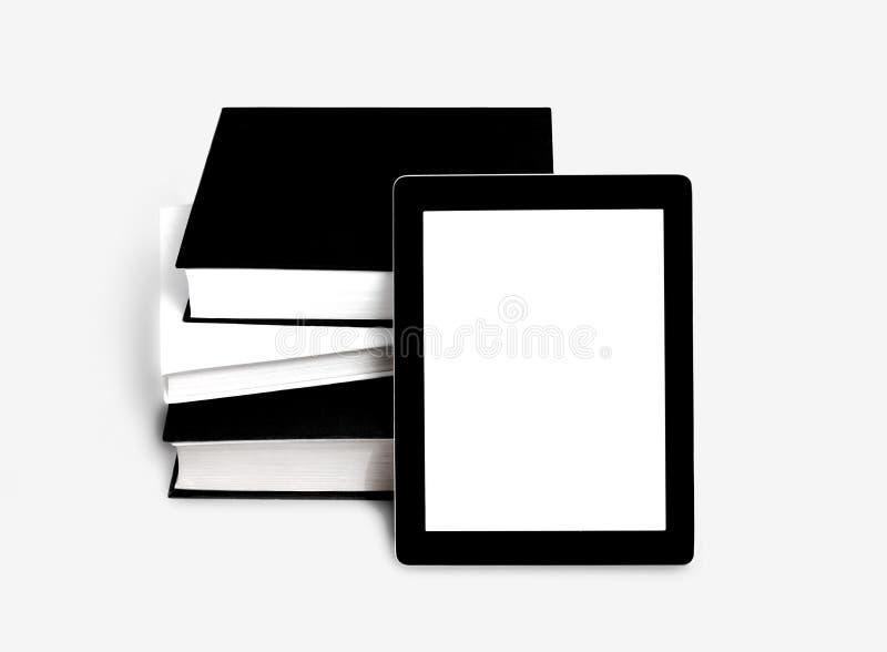 Κενοί ταμπλέτα ή eBook και σωρός των παλαιών βιβλίων στοκ φωτογραφία