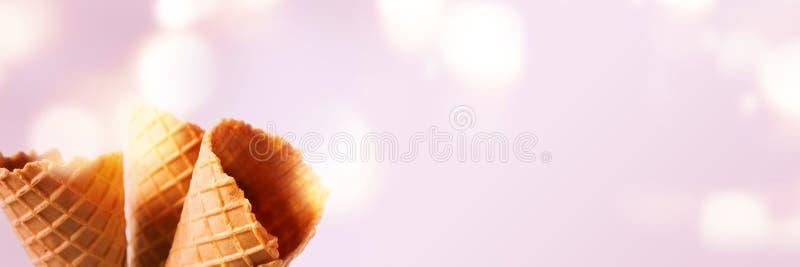 Κενοί τριζάτοι κώνοι παγωτού στοκ εικόνες