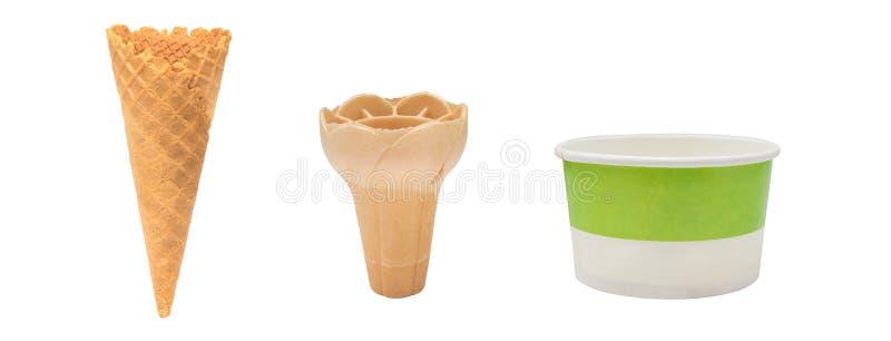 Κενοί τριζάτοι κώνος παγωτού και φλυτζάνι εγγράφου που απομονώνεται στο άσπρο υπόβαθρο στοκ εικόνα με δικαίωμα ελεύθερης χρήσης
