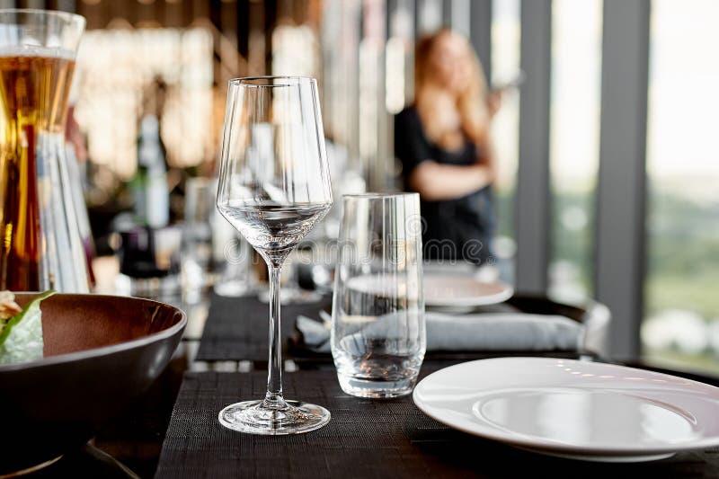 Κενοί goblets και πίνακας γυαλιού που θέτουν στο εστιατόριο στοκ εικόνες
