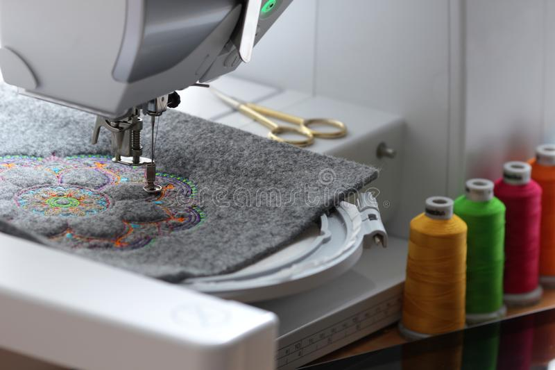 κεντητική του ζωηρόχρωμου mandala αισθητός με τη μηχανή κεντητικής στοκ φωτογραφία με δικαίωμα ελεύθερης χρήσης