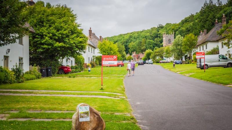 Κεντρική οδός σε ένα μεσαιωνικό χωριό Milton Αμπάς, UK επαρχίας στοκ φωτογραφίες