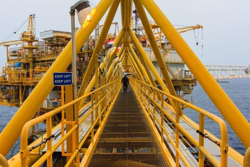 Κεντρική πλατφόρμα επεξεργασίας πετρελαίου και φυσικού αερίου και μακρινή πλατφόρμα υπέρ στοκ φωτογραφίες