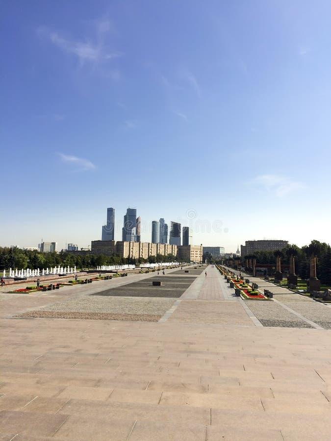 Κεντρικός δρόμος στο πολεμικό μνημείο στο πάρκο νίκης στο Hill Poklonnaya, Μόσχα, Ρωσία στοκ φωτογραφία με δικαίωμα ελεύθερης χρήσης