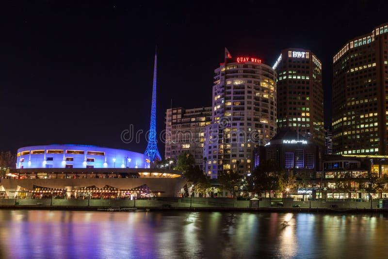 Κεντρικός πύργος τεχνών της Μελβούρνης τη νύχτα στοκ εικόνα