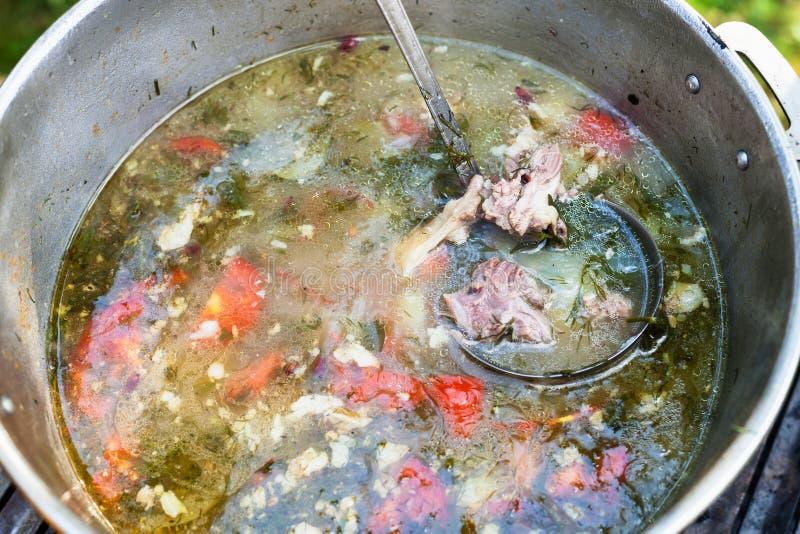Κεντρικό ασιατικό shurpa μαγειρέματος στο δοχείο υπαίθρια στοκ φωτογραφίες