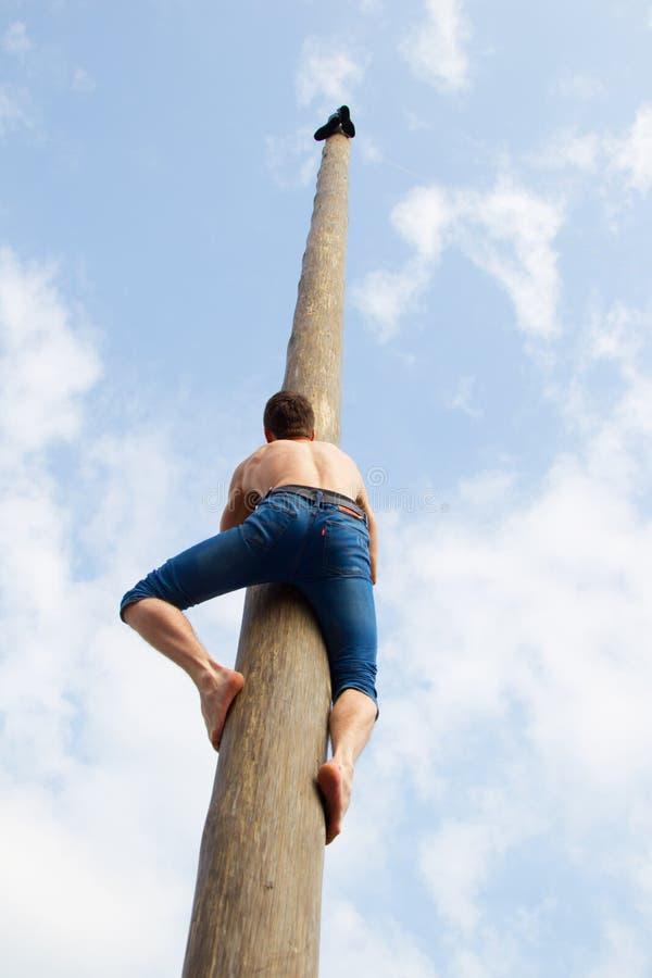 Κεντρικό τετράγωνο Εορτασμός καρναβαλιού Το άτομο αναρριχείται στο στυλοβάτη Maslenitsa στοκ εικόνα με δικαίωμα ελεύθερης χρήσης