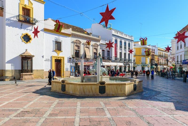 Κεντρικό τετράγωνο της πόλης της Ronda που διακοσμείται με τα παιχνίδια Χριστουγέννων στοκ φωτογραφίες