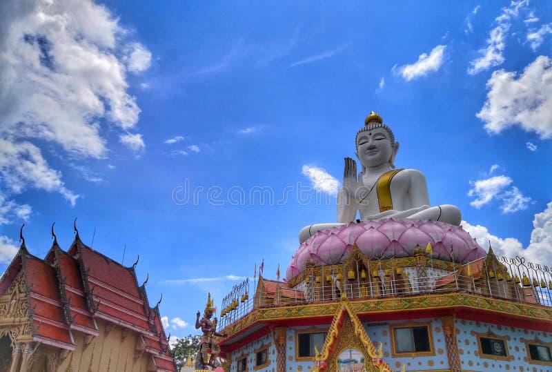 Κεντροθετημένο ανθίζοντας γλυπτό λωτού του Βούδα διδασκαλίας άγαλμα στοκ εικόνα