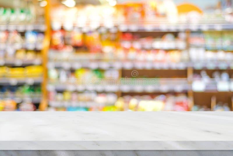 Κενός άσπρος μαρμάρινος πίνακας πέρα από το ράφι προϊόντων θαμπάδων στο παντοπωλείο supe στοκ εικόνες