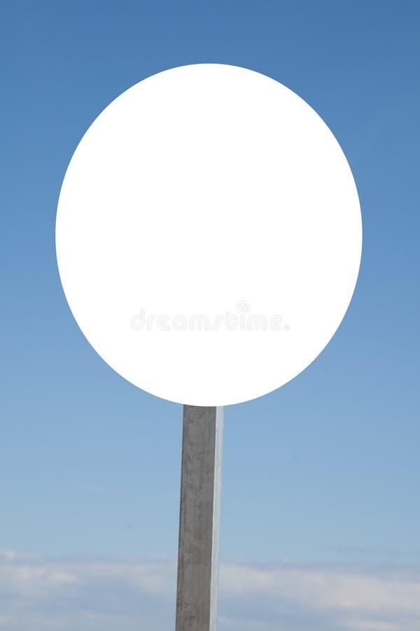Κενός κενός άσπρος πίνακας διαφημίσεων σημαδιών στο μπλε ουρανό στοκ φωτογραφία με δικαίωμα ελεύθερης χρήσης