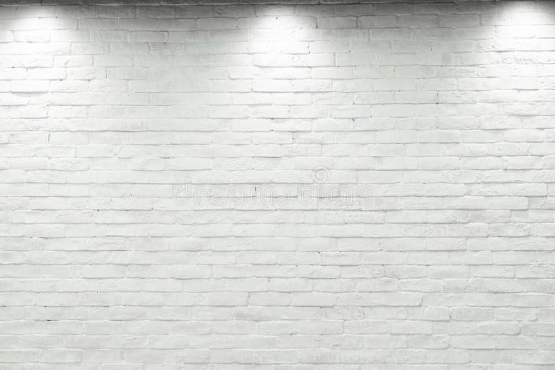 Κενός άσπρος τοίχος με το αλόγονο με 3 λαμπτήρες στοκ φωτογραφίες