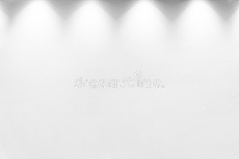 Κενός άσπρος τοίχος με το αλόγονο με τους λαμπτήρες στοκ εικόνες με δικαίωμα ελεύθερης χρήσης