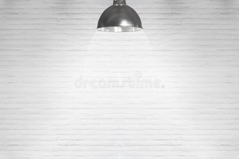 Κενός άσπρος τοίχος με το αλόγονο με τους λαμπτήρες στοκ φωτογραφία με δικαίωμα ελεύθερης χρήσης