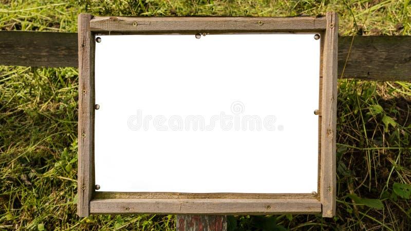 Κενός αγροτικός πίνακας διαφημίσεων με το ξύλινο πλαίσιο στοκ εικόνα