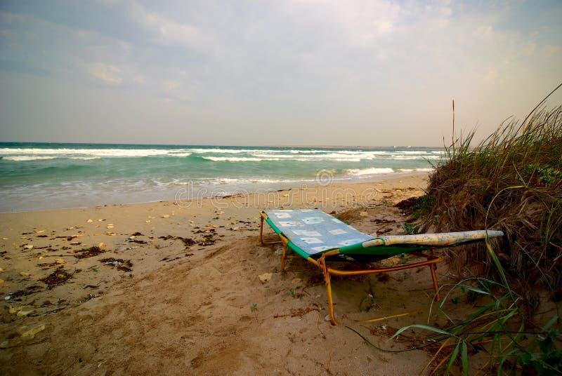 κενός αργόσχολος κοντά στο θυελλώδη καιρό ήλιων θάλασσας θυελλώδη στοκ φωτογραφίες με δικαίωμα ελεύθερης χρήσης