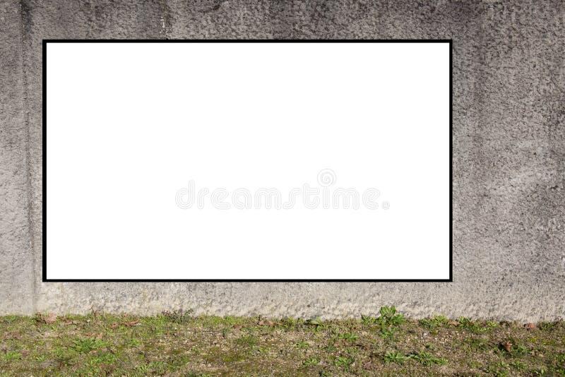 Κενός βρώμικος τοίχος με το λευκό επιτροπής blanck για τη διαφήμιση του εμβλήματος στοκ φωτογραφία