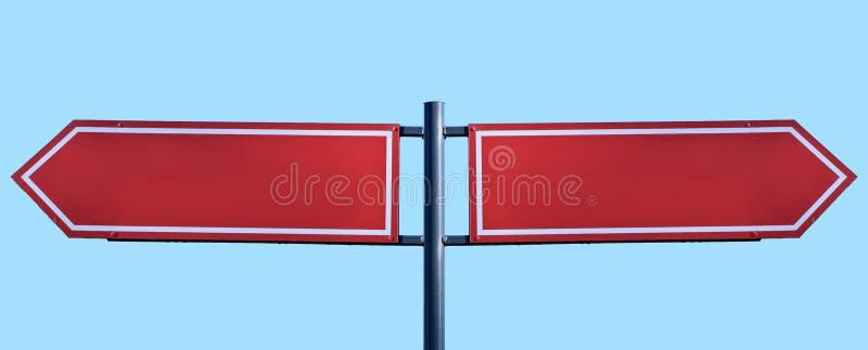 Κενός δείκτης κατεύθυνσης roadsign που απομονώνεται στο μπλε υπόβαθρο στοκ φωτογραφία με δικαίωμα ελεύθερης χρήσης