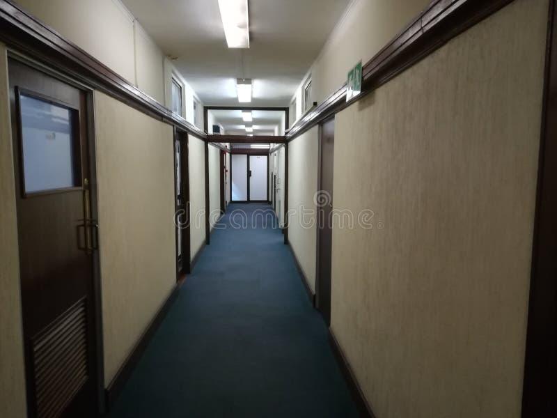 Κενός διάδρομος ή εγκαταλειμμένος διάδρομος με το καλυμμένο με τάπητα πάτωμα στοκ φωτογραφία