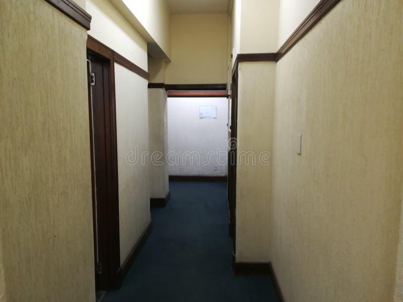 Κενός διάδρομος ή εγκαταλειμμένος διάδρομος με το καλυμμένο με τάπητα πάτωμα [4] στοκ φωτογραφία