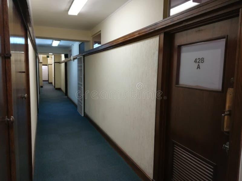 Κενός διάδρομος ή εγκαταλειμμένος διάδρομος με το καλυμμένο με τάπητα πάτωμα [5] στοκ εικόνες