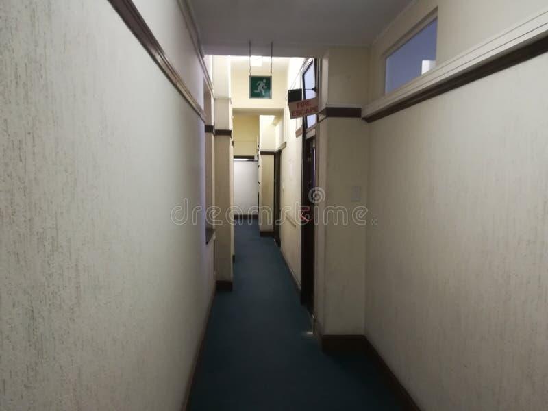 Κενός διάδρομος ή εγκαταλειμμένος διάδρομος με το καλυμμένο με τάπητα πάτωμα στοκ εικόνες με δικαίωμα ελεύθερης χρήσης