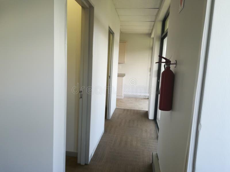 Κενός διάδρομος ή εγκαταλειμμένος διάδρομος με το καλυμμένο με τάπητα πάτωμα [6] στοκ εικόνα