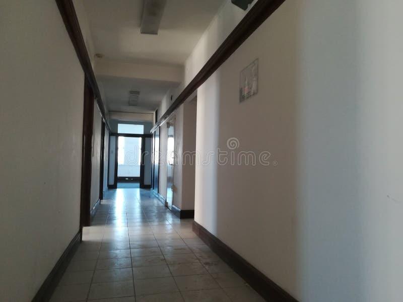 Κενός διάδρομος ή εγκαταλειμμένος διάδρομος με το κεραμωμένο πάτωμα στοκ φωτογραφίες με δικαίωμα ελεύθερης χρήσης