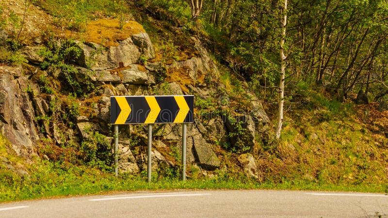 Κενός δρόμος με το σημάδι κάμψεων στοκ φωτογραφία με δικαίωμα ελεύθερης χρήσης