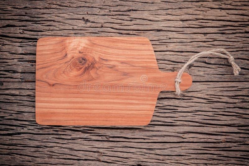 Κενός εκλεκτής ποιότητας Teak ξύλινος τέμνων πίνακας στα ξύλινα τρόφιμα grunge backgr στοκ φωτογραφίες με δικαίωμα ελεύθερης χρήσης