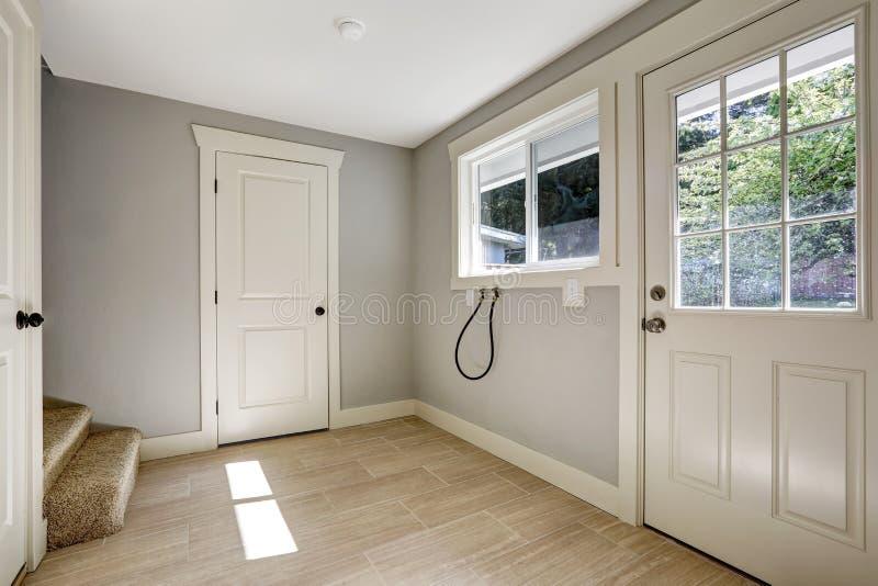 Κενός διάδρομος με το πάτωμα κεραμιδιών και την πόρτα εισόδων στοκ φωτογραφίες