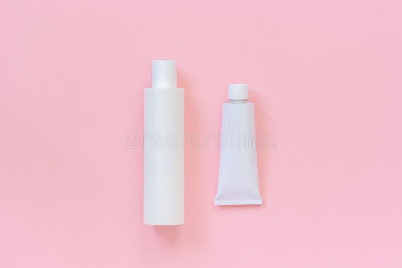 Κενός καλλυντικός ή ιατρικός άσπρος πλαστικός σωλήνας μπουκαλιών και κασσίτερου για την κρέμα, το σαμπουάν, την αλοιφή, την οδοντ στοκ εικόνες