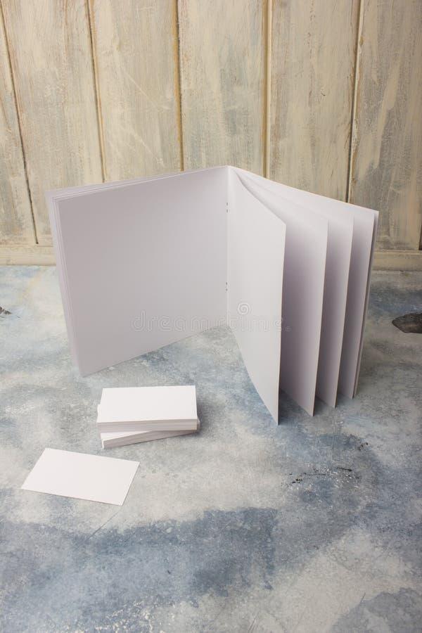 Κενός κατάλογος, περιοδικά, ένα σχεδιάγραμμα βιβλίων στο υπόβαθρο ενός δέντρου κενές επαγγελματικές κάρτες στοκ εικόνα με δικαίωμα ελεύθερης χρήσης