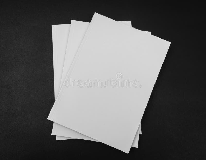 Κενός κατάλογος, περιοδικά, χλεύη βιβλίων επάνω στο μαύρο υπόβαθρο στοκ εικόνα