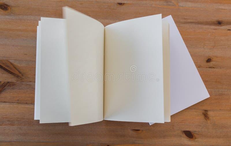 Κενός κατάλογος, περιοδικά, χλεύη βιβλίων επάνω στο ξύλινο υπόβαθρο στοκ εικόνα με δικαίωμα ελεύθερης χρήσης