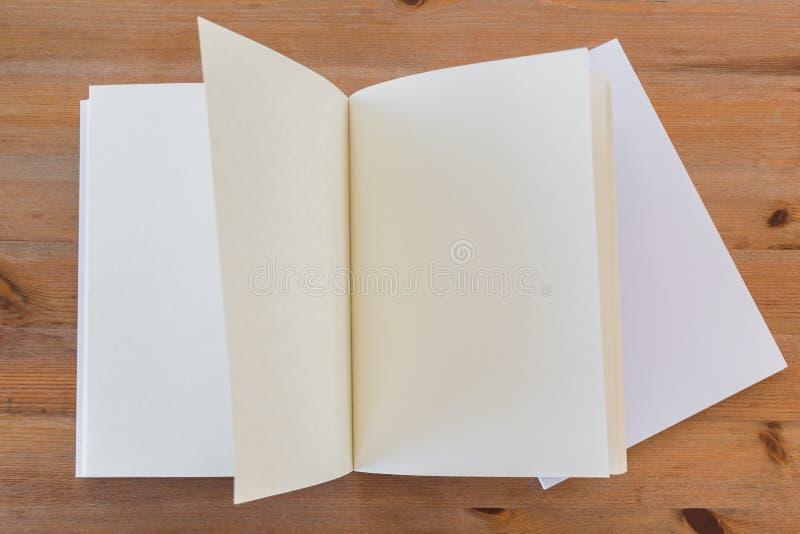 Κενός κατάλογος, περιοδικά, χλεύη βιβλίων επάνω στο ξύλινο υπόβαθρο στοκ εικόνες