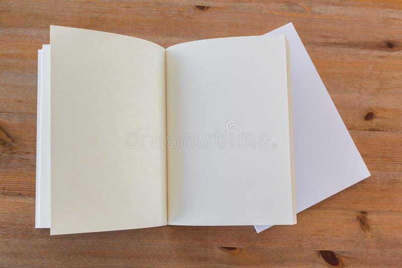 Κενός κατάλογος, περιοδικά, χλεύη βιβλίων επάνω στο ξύλινο υπόβαθρο στοκ φωτογραφία